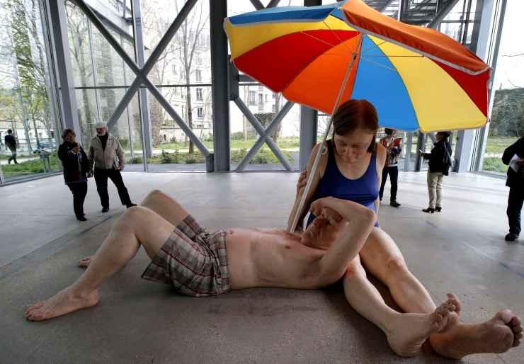 visitors-look-at-sculpture-3d5a-diaporama